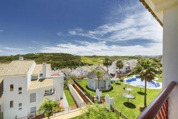 Недвижимость в Испании: Качественные апартаменты под ключ с видом на море рядом с Сотогранде .