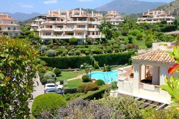 Недвижимость в Испании: Роскошные апартаменты в красивом комплексе с охраной.
